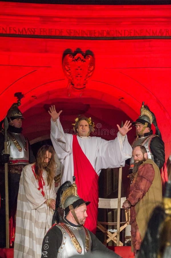 Historische wederopbouw van bijbelse gebeurtenissen bij nacht Geheimzinnigheid van het Hartstochtsspel van Jesus Christ in Gdansk stock afbeelding