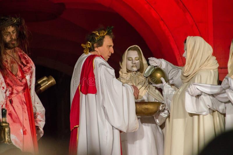 Historische wederopbouw van bijbelse gebeurtenissen bij nacht Geheimzinnigheid van het Hartstochtsspel van Jesus Christ in Gdansk stock foto's