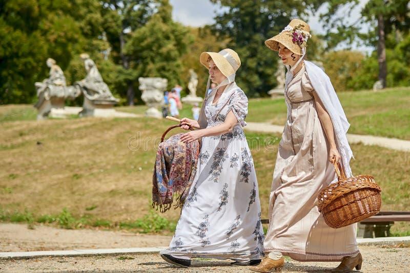 Historische Wiederinkraftsetzung Slavkov--Austerlitzschlosses Damen und Herren in den historischen Kostümen von Napoleon Bonapart stockfotografie