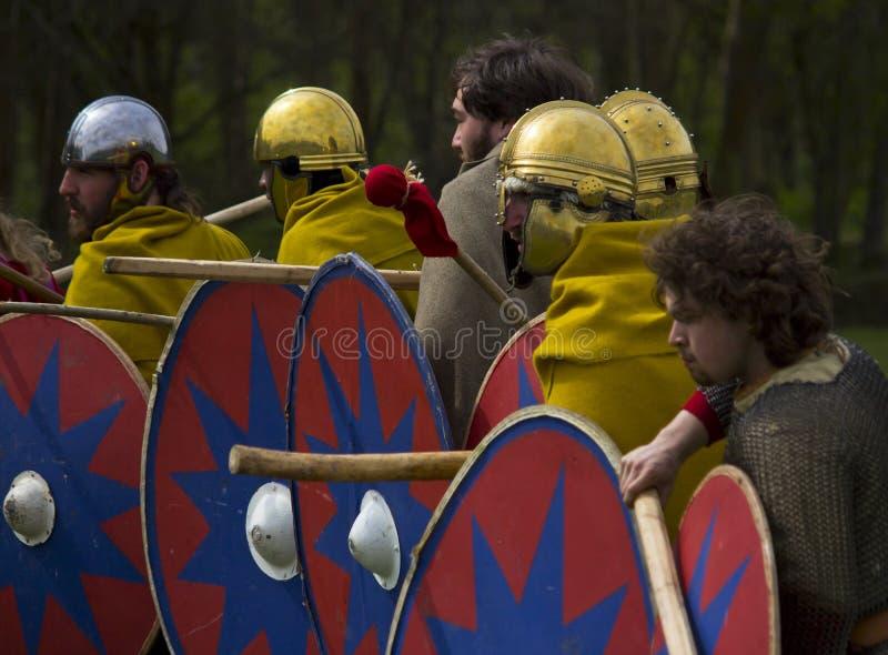 Historische Wiederinkraftsetzung von Roman Cavalry- und Infanteriesoldaten bei Northumberland, im Mai 2012 lizenzfreie stockbilder