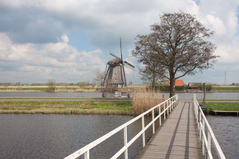 Historische windmolen in de lente in Nederland royalty-vrije stock afbeelding