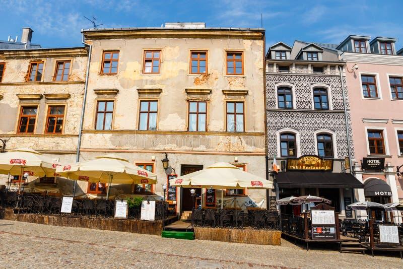 Historische Wohnungen und Restaurants im Freien in der alten Stadt in Lublin, Polen stockfoto