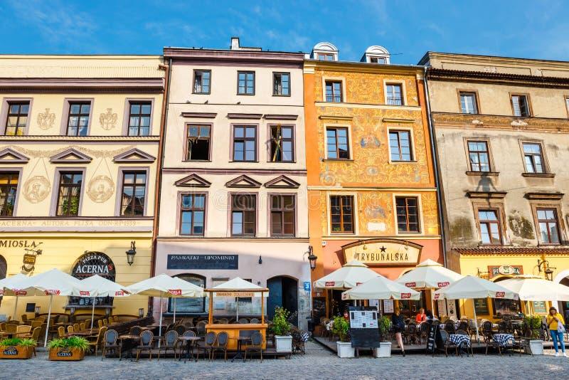 Historische Wohnungen und Restaurants im Freien in der alten Stadt in Lublin, Polen lizenzfreie stockbilder