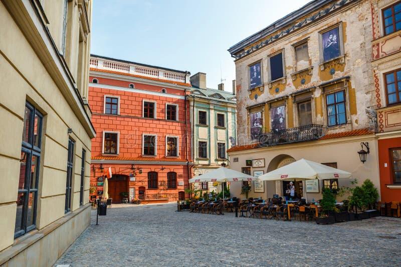 Historische Wohnungen und Restaurants im Freien in der alten Stadt in Lublin, Polen stockfotos