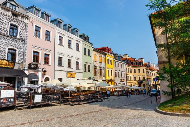 Historische Wohnungen und Restaurants im Freien in der alten Stadt in Lublin, Polen stockbild