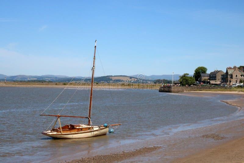 Historische Yacht durch Strand auf Fluss Kent, Arnside lizenzfreie stockfotos