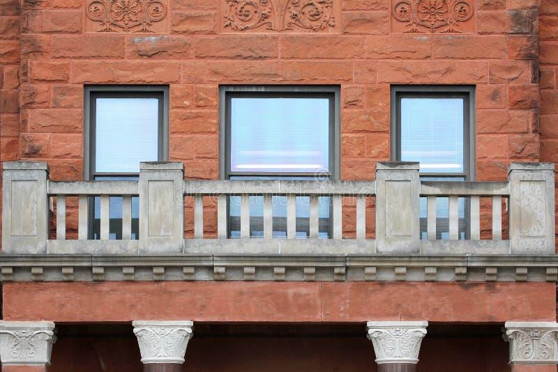 Historischer alter roter Sandstein, der Windows-Ziegelstein und -balkon errichtet stockbilder