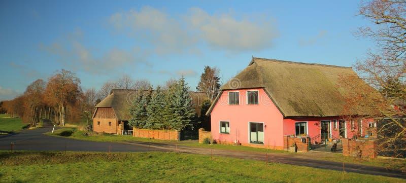 Historischer Bauernhof listete als Monument in Behnkenhagen, Mecklenburg-Vorpommern, Deutschland auf stockfoto