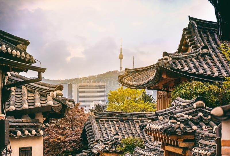 Historischer Bezirk Bukchon Hanok in Seoul bei Sonnenuntergang, Südkorea lizenzfreie stockfotos