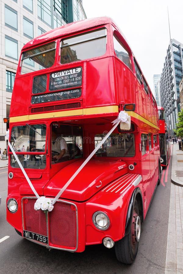 Historischer routemaster Bus verziert für eine Hochzeit lizenzfreie stockfotos