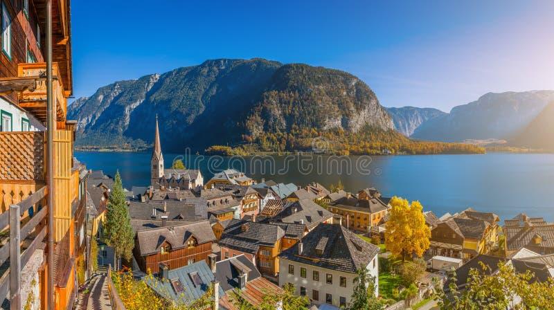 Historisches Bergdorf von Hallstatt mit See im Fall, Österreich stockbild