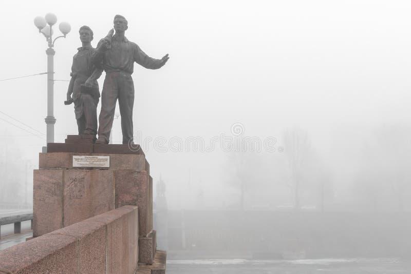 Historisches Bild von sowjetischen Skulpturen auf grüner Brücke in Nebel symbolisierter sowjetischer Besetzung stockfotos