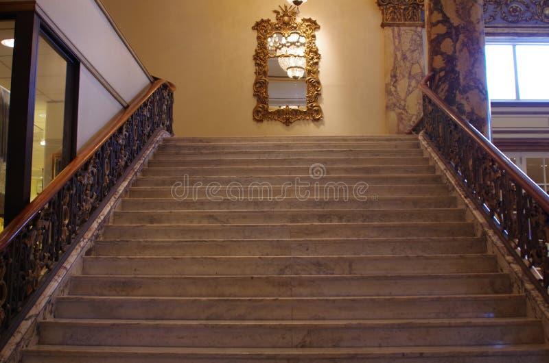 Historisches breites Treppenhaus stockfoto
