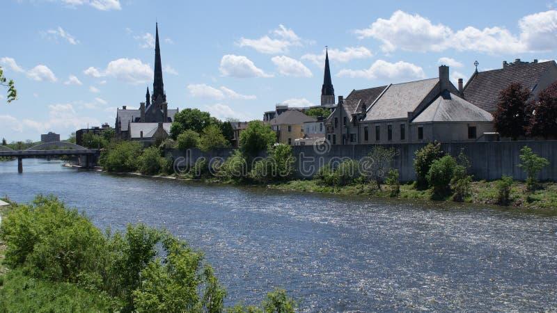 Historisches Cambridge, Ontario, Kirchen auf dem großartigen Fluss lizenzfreie stockfotografie