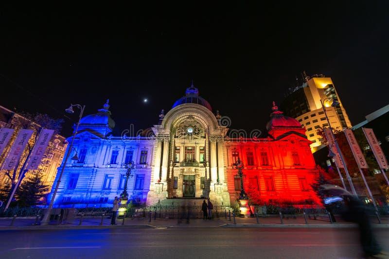 Historisches Gebäude Bukarest-Scheinwerferlichtfestival CEC mit Hologramm der rumänischen Staatsflagge lizenzfreies stockbild