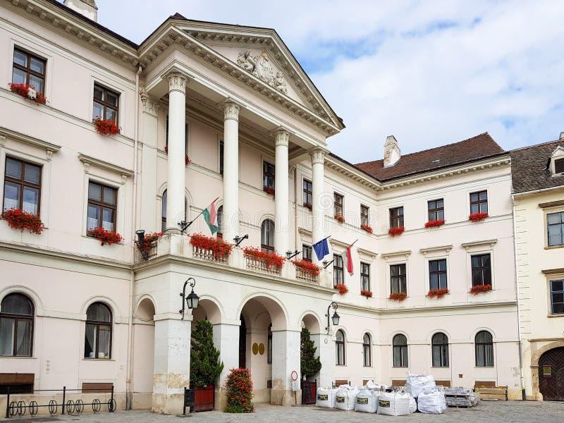 Historisches Gebäude in der Mitte von Sopron stockbilder