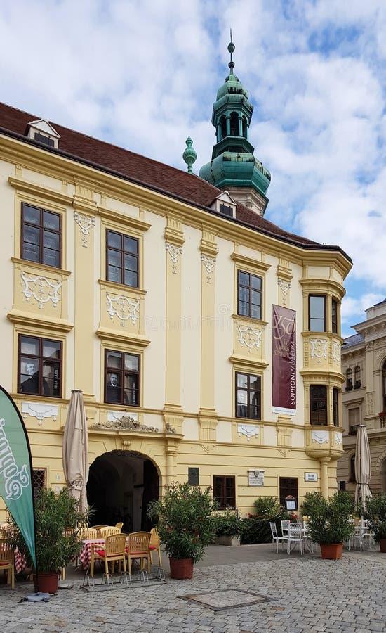 Historisches Gebäude in der Mitte von Sopron stockfoto