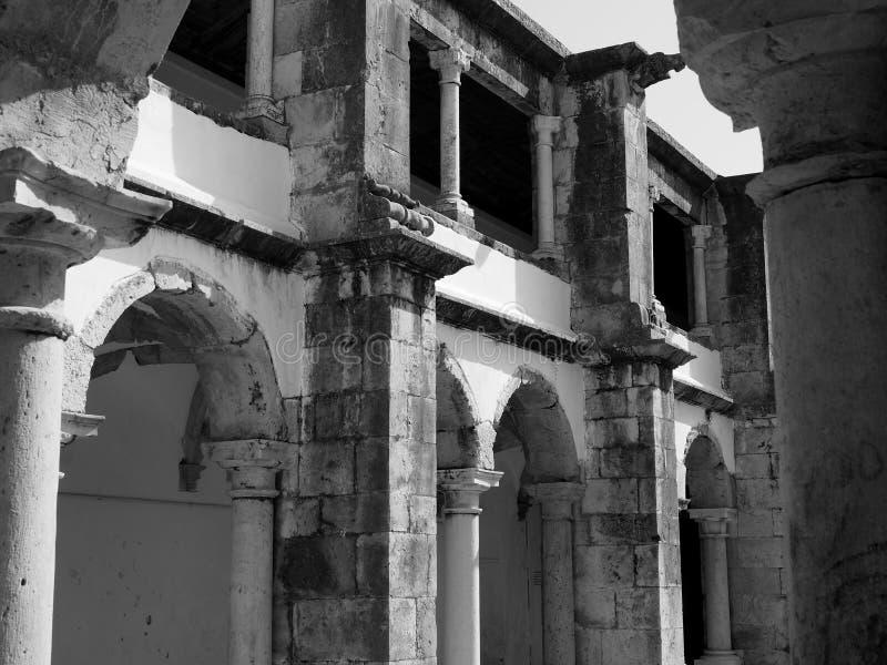 Historisches Gebäude in Lissabon Portugal mit Bögen lizenzfreies stockfoto