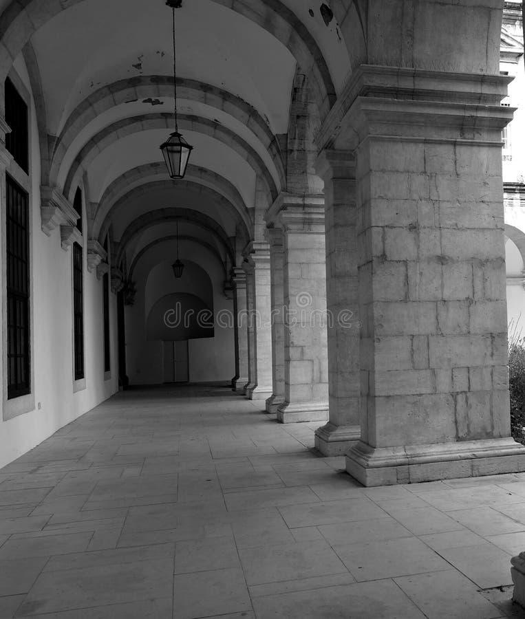 Historisches Gebäude in Lissabon Portugal mit einem bedeckten Bürgersteig lizenzfreie stockfotografie