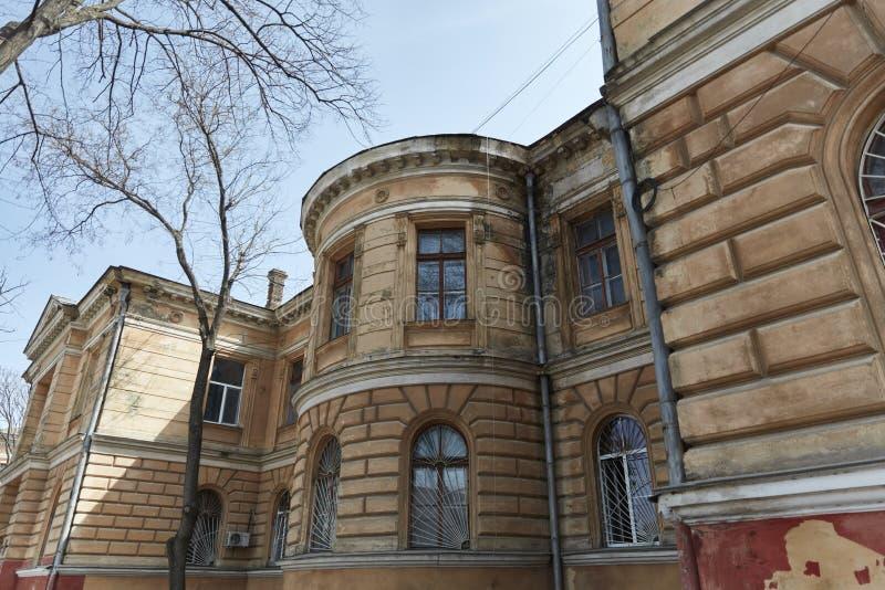Historisches Gebäude mit Dekor auf der Fassade Odessa, Ukraine lizenzfreie stockfotografie