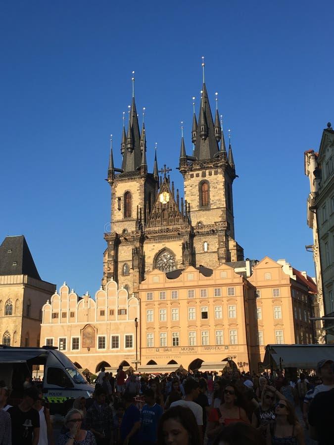 Historisches Gebäude in Tschechischer Republik Prags mit klarem blauem Himmel stockbild