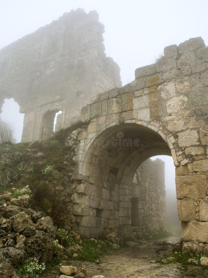Historisches gewölbter Nebelmorgen des Bollwerks Gatter stockbild