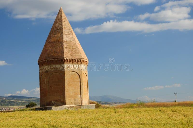 historisches Grab mitten in leeren Feldern lizenzfreies stockfoto