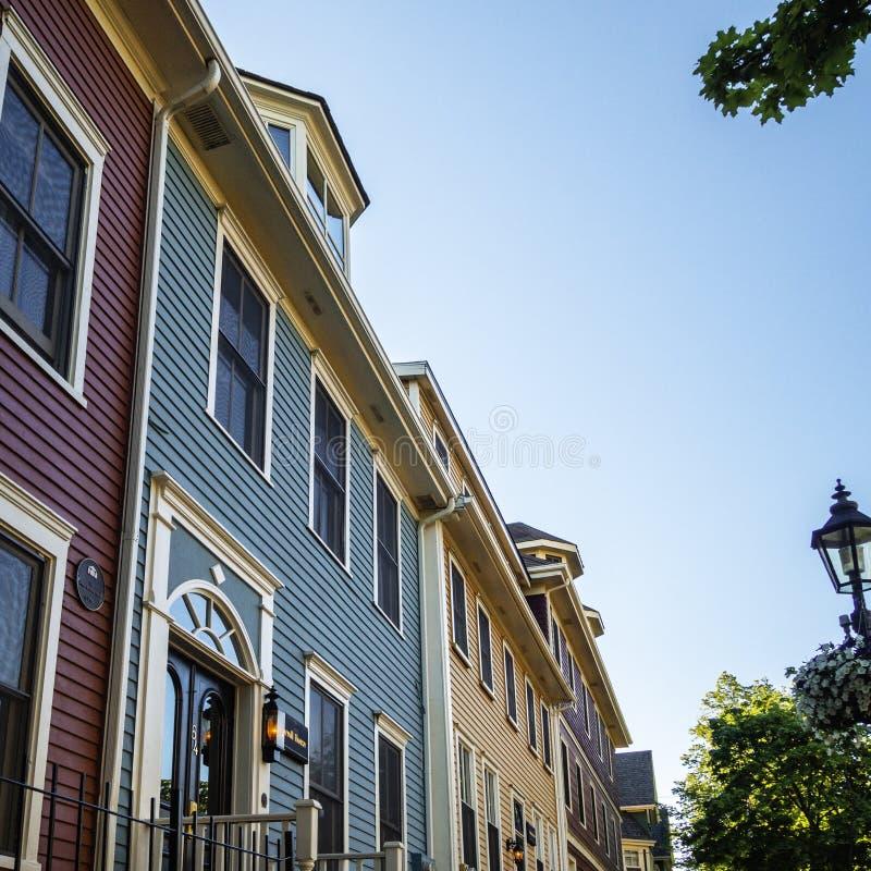 Historisches Hotel mit bunten Häusern in Charlottetown, Prinz Edward Island, Kanada lizenzfreie stockfotos