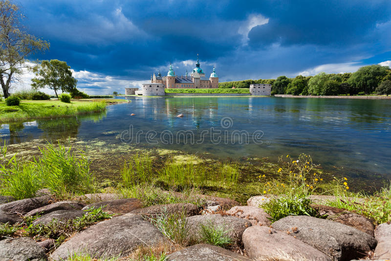 Historisches Kalmar-Schloss in Schweden Skandinavien Europa grenzstein stockbild