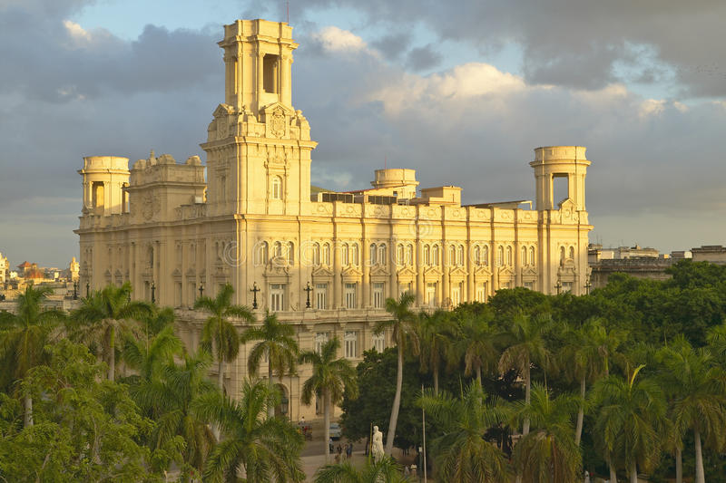 Historisches Kolonialgebäude in altem Havana, Kuba bei Sonnenuntergang lizenzfreie stockfotos