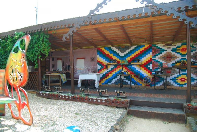 Historisches ländliches bleibendes Yard mit verschiedenen Hauptartikeln museum stockbild