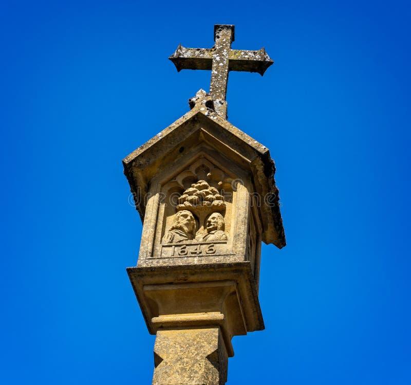 Historisches Markt-Kreuz im Marktplatz in cotswold Stadt des Laderaums auf dem Wold lizenzfreie stockfotografie