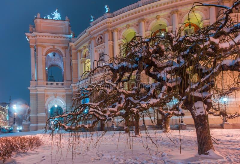 Historisches Odessa-Opern- und -balletthaus mit Lampe und Baum im Winter Schnee nachts stockbilder