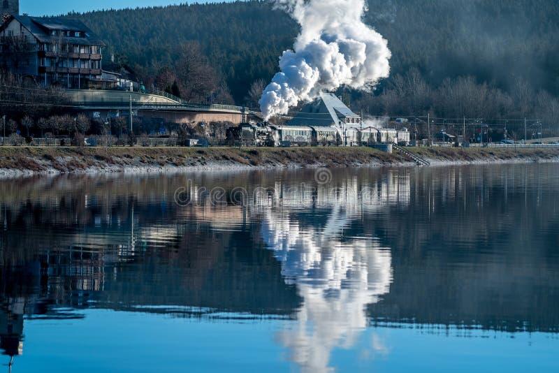 Historisk ångalokomotiv på utgången från stationen Schluchsee royaltyfria bilder