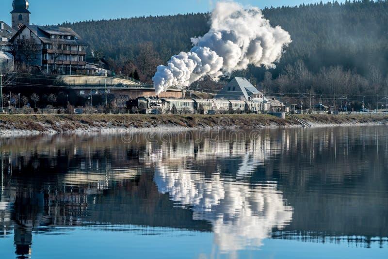 Historisk ångalokomotiv på utgången från stationen Schluchsee royaltyfri bild
