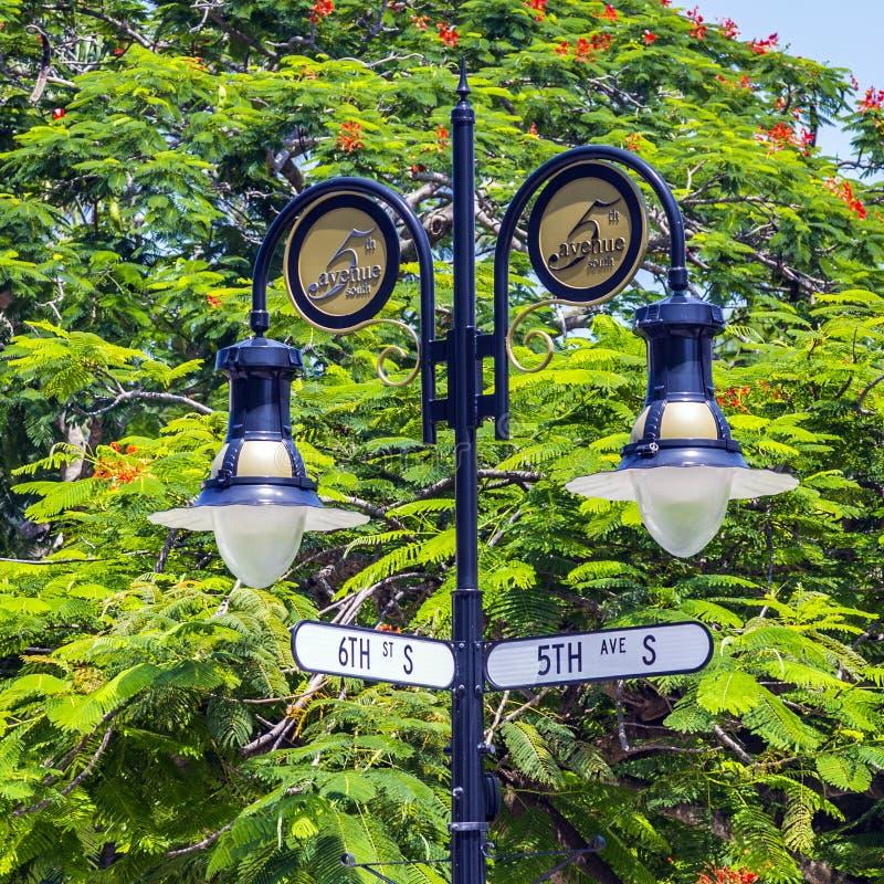 Historisk aveny för korsning 5th och 6th för tecken för gata i Naples, Florida arkivbild