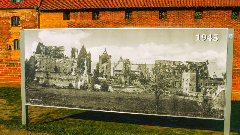 Historisk bild som tillbaka daterar till 1945 Utanför en gammal slott i Polen royaltyfria bilder
