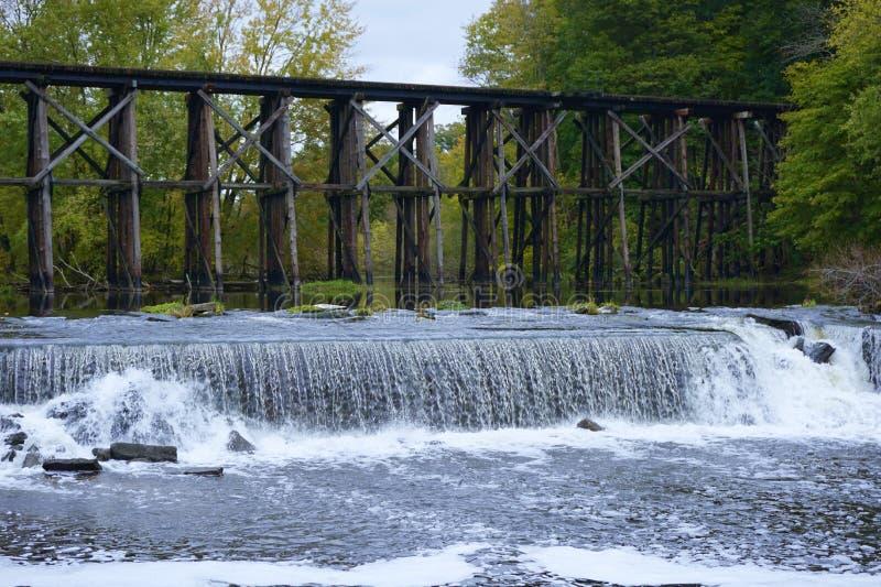 Historisk bockbro i tidiga Autum i Hamilton, Michigan royaltyfri fotografi