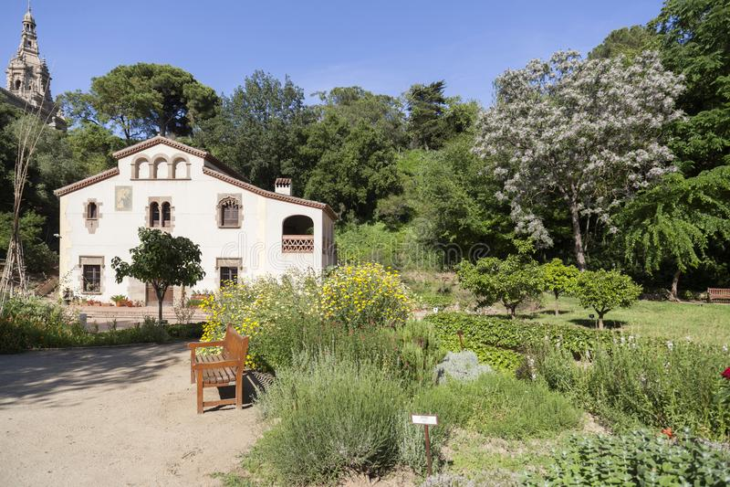 Historisk botanisk trädgård med masia, typisk catalan lantligt H arkivfoto