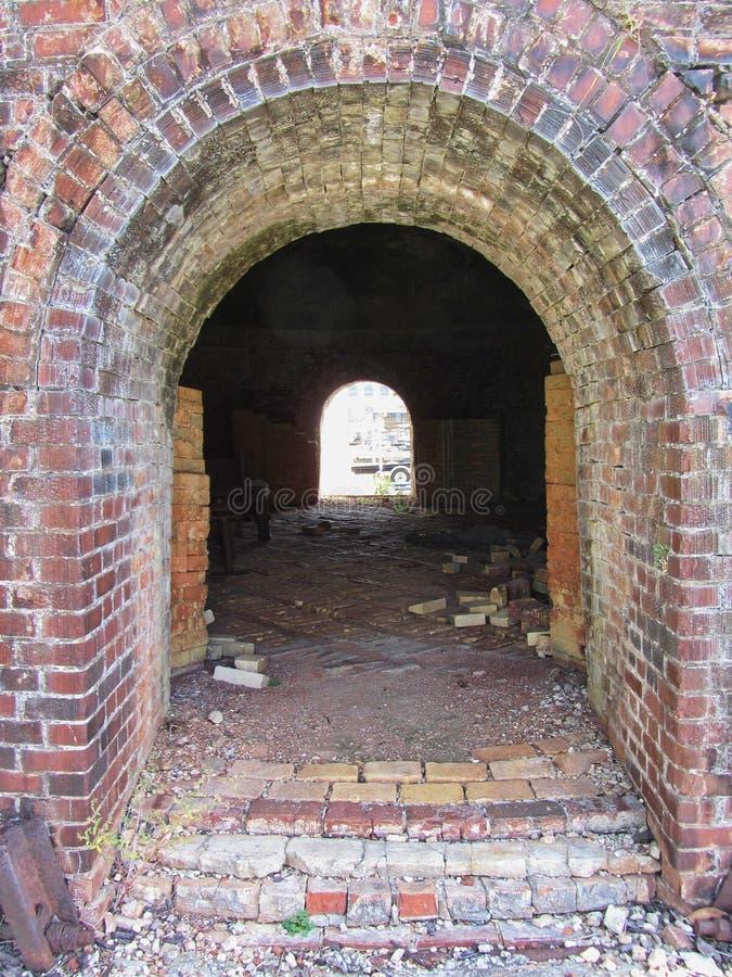 Historisk brännugn för tegelstenbikupakupol inom och dörrar Decatur Alabama royaltyfri foto