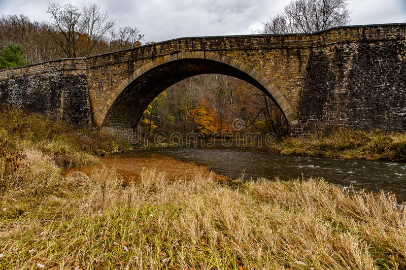 Historisk bro för Casselman stenbåge - Autumn Splendor - Garrett County, Maryland arkivfoton