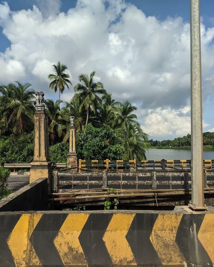 Historisk bro i Udupi med indiska lejonpelare och vackert himmel royaltyfri fotografi