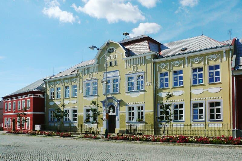 Historisk byggnad av grundskolan dekorerade rikt med prydnader arkivbilder