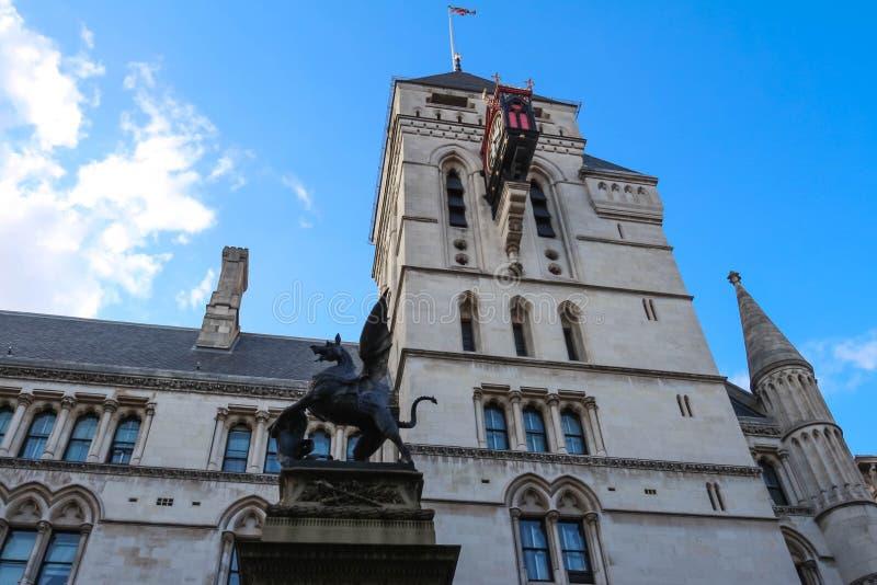 Historisk byggnad av kungliga domstolar i London, England arkivfoton