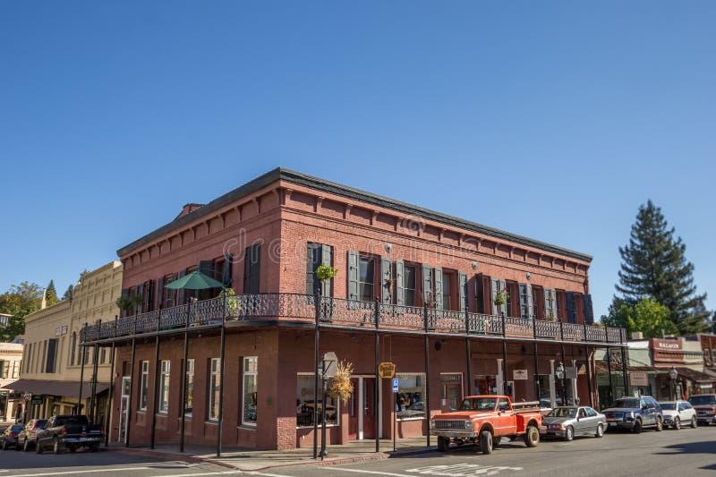 Historisk byggnad för röd tegelsten i Nevada City arkivbild