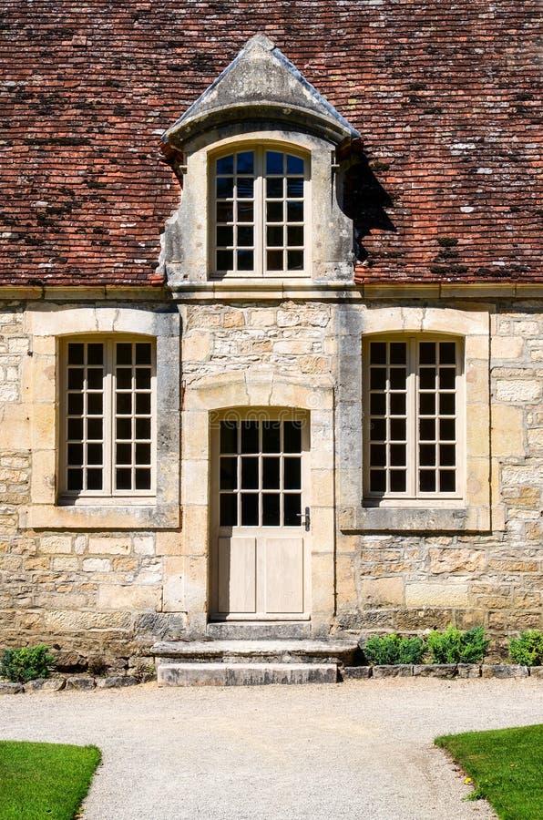 Historisk byggnad hänrycker dörren med tappningfönster royaltyfria foton