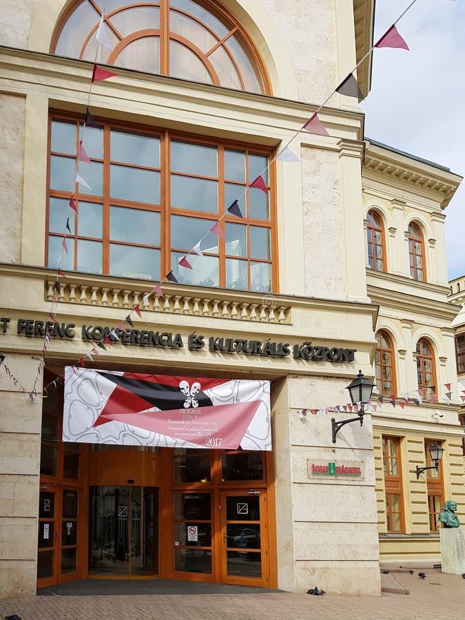 Historisk byggnad i mitt av Sopron royaltyfria foton