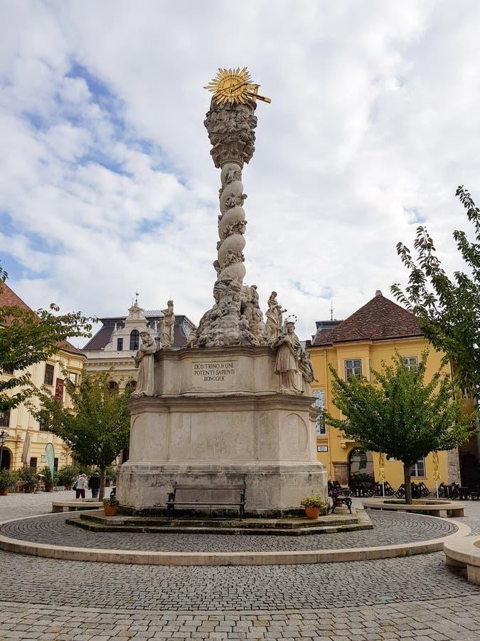 Historisk byggnad i mitt av Sopron arkivbilder