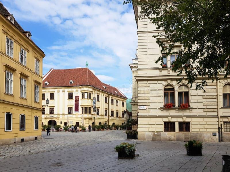 Historisk byggnad i mitt av Sopron fotografering för bildbyråer