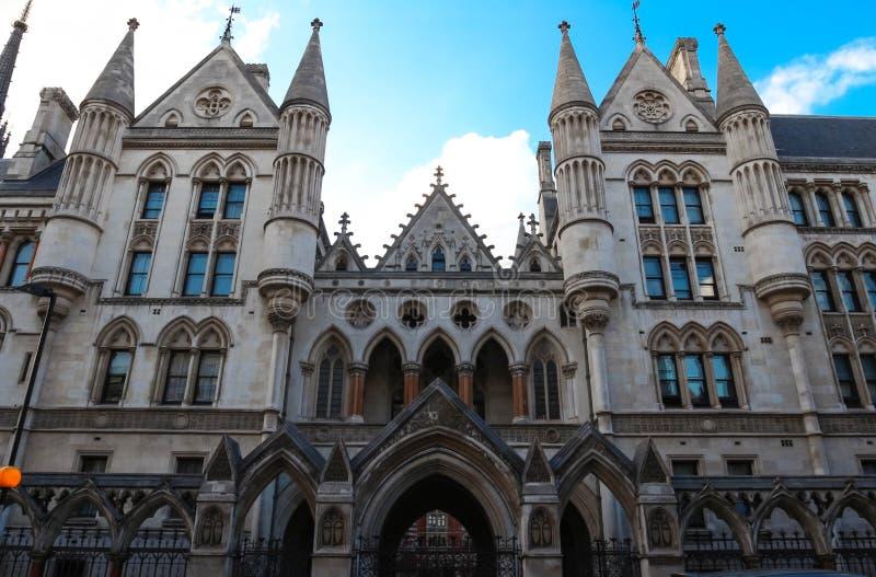 Historisk byggnad och ingång av kungliga domstolar i London, England arkivfoton